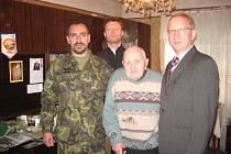 Iraklij Levanovič Kandareli na snímku z konce minulého roku spolu s velvyslanecem Tomášem Pernickým, pplk. Štefanem Grivalským a s pracovníkem kanceláře NATO Jiřím Preclíkem.