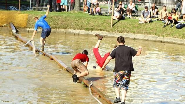 Překonat úzkou a také kluzkou lavičku natáhnutou přes rybník v Jamnici dá některým družstvům skutečně zabrat.