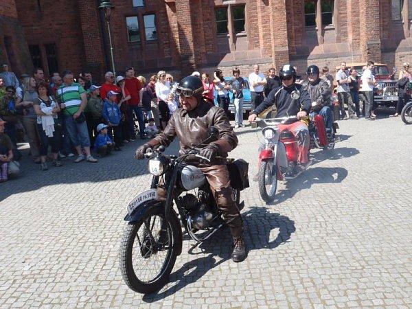Druhý ročník mezinárodní sportovně-orientační jízdy Okolo Hradce přitahoval pozornost návštěvníků. Itěch nejmenších.