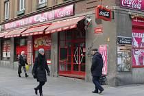 Prodejna lahůdek v Ostrožné ulici po desetiletích provozu v listopadu zavřela.