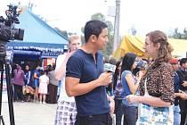 Při své sedmitýdenní stáži měla Petra Mužíková (vpravo), studentka oboru Audiovizuální tvorba na Filozoficko-přírodovědecké fakultě, za úkol sbírat a dokumentovat zajímavosti Filipín.