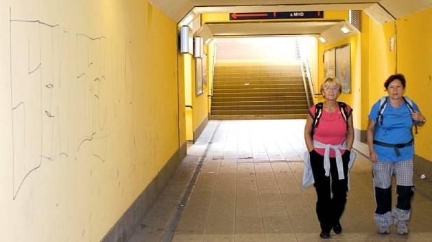 Podchod na Východním nádraží je častým cílem sprejerů a vandalů. To se má změnit.
