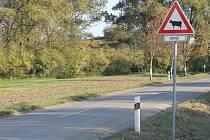 Netradiční značka za jízdárnou v Kateřinkách rozesmívá projíždějící řidiče.