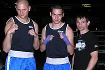 Opavští boxeři mají za sebou úspěšné vystoupení v Olomouci. Trenér Josef Pröschl (vpravo) poslal do boje Matěje Kekeláka a Jiřího Hanela.