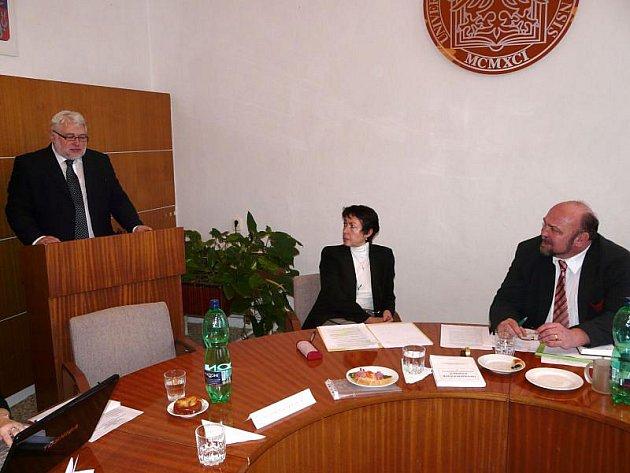 Po skončení přednášky odpověděl Rudolf Žáček též na dotaz Zdeňka Jiráska (vpravo). Jeho reakci sleduje i tajemnice vědecké rady fakulty proděkanka Eva Klímová.