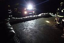 V Chabičově zaplavila voda z polí novou cestu, zasahovali hasiči.