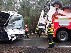 Autobus sjel do příkopu a narazil do stromu, několik lidí bylo zraněno.