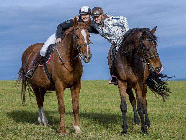 Na louce nad Mikolajicemi, které se mezi místními přezdívá Buček, proběhl už devatenáctý ročník mikolajické Hubertovy jízdy. Akce se zúčastnilo celkem osmdesát koní.