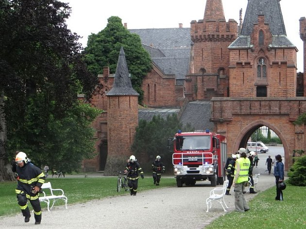 Ve čtvrtek se na zámek v Hradci nad Moravicí sjelo celkem sedm českých a tři polské jednotky hasičů, aby se zúčastnily velkého mezinárodního taktického cvičení, v jehož rámci byl simulován požár tzv. Bílého zámku.