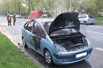 Dvě jednotky hasičů měly v úterý ráno práci v Olomoucké ulici v Opavě. Musely zde totiž likvidovat požár vozu značky Citroën.