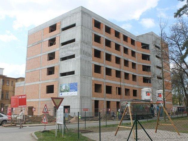 Původní harmonogram prací počítal s dokončením nového interního pavilonu N v červnu příštího roku, předán bude nakonec ale už v únoru.