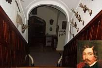 Schodiště, na kterém se údajně nejčastěji zjevuje duch bývalého majitele zámku. Ve výřezu Felix Lichnovský.