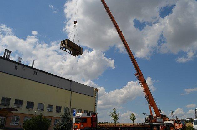 Původní chladicí zařízení odstranil zpavilonu Vopavské nemocnice obří jeřáb.