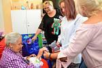 Hraběnka Mathilda Nostitzová při návštěvě dětského oddělení opavské nemocnice.