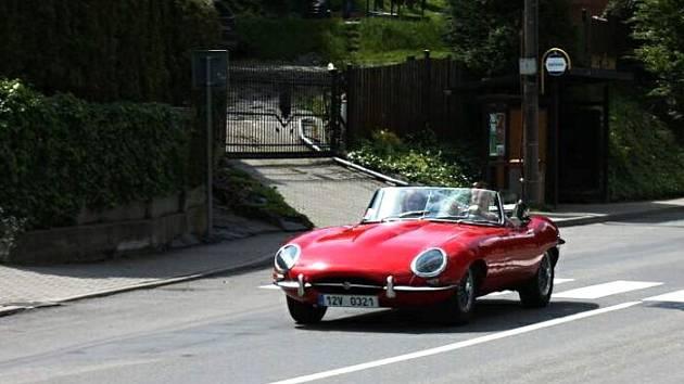 Jaguar E-Type. K vidění bylo také auto, které je považováno z vůbec nejkrásnější.