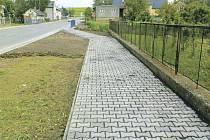 Zrekonstruované chodníky v Sudicích zajistí lidem větší bezpečí.