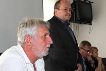 Bývalý ředitel Slezské nemocnice v Opavě Milan Cvek (v popředí) a Ladislav Václavec (stojící), současný ředitel nemocnic v Krnově a Opavě.