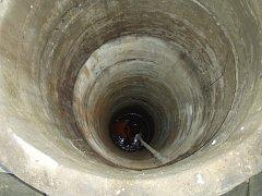 Zásah hasičů při záchraně ženy, která v Bělé spadla do 12 metrů hluboké ze studny.