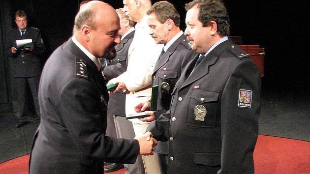 Ve Slezském divadle včera převzalo jedenapadesát policistů ocenění policejního ředitele.