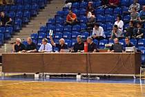 Zleva: Petr Chlouba (komentátor), Josef Vondal (technický zápis), komisař, Lev Ondráček (časoměřič), Bedřich Štencel (ovládání světelné tabule), Bohuslav Bartek (časoměřič), Tomáš Hrubý a Zbyněk Kunčar (on-line přenos a statistiky).