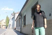 Gerhard Karhan před novými byty pro ženy a matky s dětmi na Rybářské ulici.
