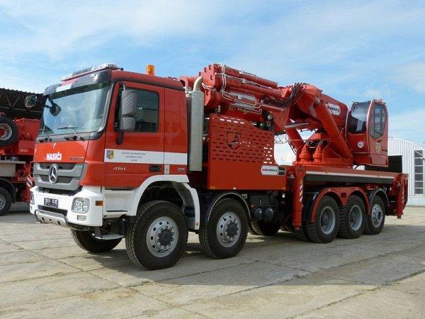 Jeřáb využívají hasiči při práci na těžko dostupných místech.
