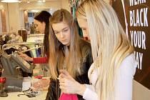 Store visual manager opavské prodejny Lucia Mihaliková seznamuje Pavlínu s prací na kase. Každý kus oblečení musí být správně naceněn.