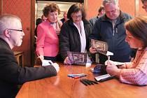 Zájemci o podpis autorů knihy Zdeňka Kravara (vlevo) a Jaromíry Knapíkové si na pondělním křtu museli vystát dlouhou frontu.