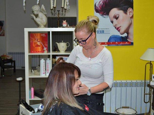 Paní Pavlína přišla do našeho studia s dlouhými, hustými vlasy s odrůstajícím melírem a jemným hnědým podbarvením.