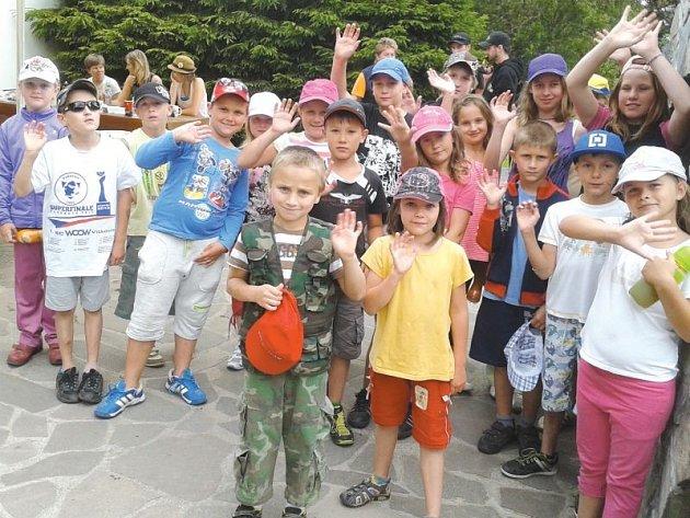Děti zdraví z letního tábora ve Staré Vsi naše čtenáře.