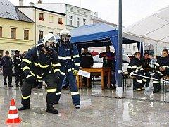 Hlučínští hasiči na startu soutěže v simulaci zásahové činnosti.