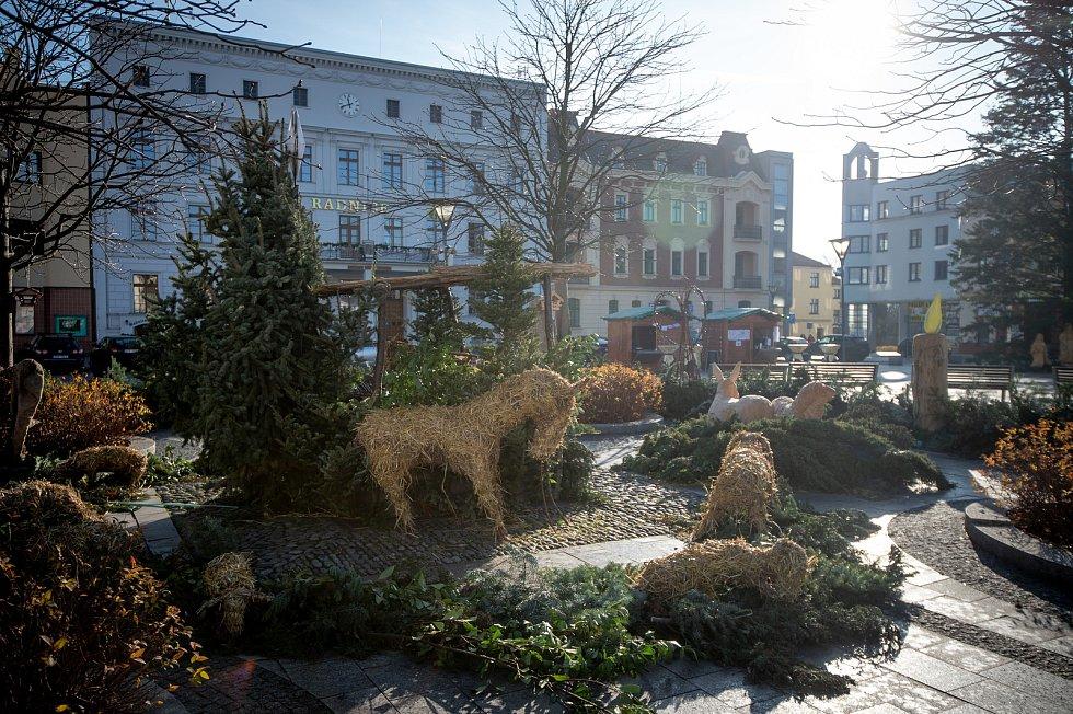 Mírové náměstí v Hlučíně zdobí velký adventní věnec, 7. prosince 2019.