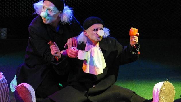 Herci divadla Teatr Novogo Fronta při jednom se svých představení v Opavě.