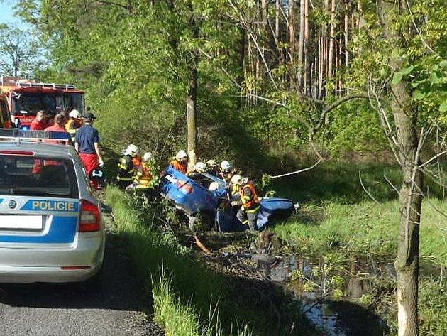 Mladý řidič havaroval v neděli 19. května před osmou hodinou ranní na silnici poblíž obce Bratříkovice, na hlavním tahu z Velkých Heraltic na Jakartovice.
