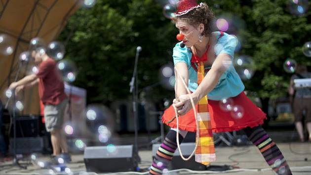 Specialitou klaunek je párová akrobacie propojená s tancem s obručí, roztáčením talířů a žonglováním s míčky a kuželkami.