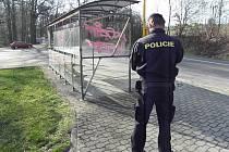 Po vandalovi zůstaly čmáranice na skleněných tabulích autobusové zastávky.