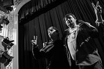 Plné ruce revoluce. Na snímku Jakub Stránský (Václav Havel) a Martin Valouch (Jiří Křižan).
