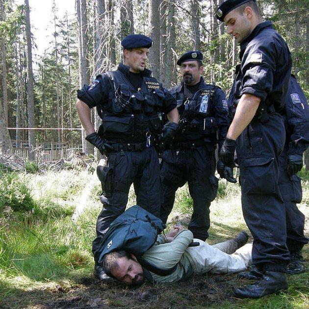 Policejní zásah Policie ČR proti ekologickým aktivistům při blokádě kácení kůrovcového dříví v lokalitě Na Ztraceném u Modravy. Ilustrační foto.