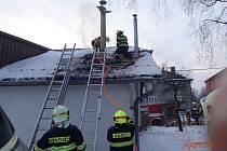 Hasiči při zásahu u požáru střechy domu v Hradci nad Moravicí-Jakubčovicích.
