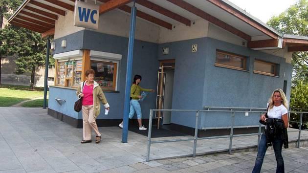 Veřejné WC. V Opavě jsou tři, v ostatních městech Opavska je situace horší.