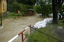 I na Opavsku stavěli lidé protipovodňové hráze.