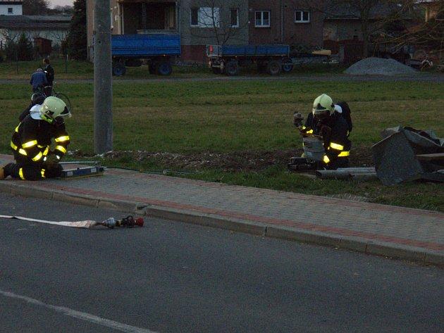Koně v Hati zdemolovali  kryt plynoměru i s plynovou přípojkou. Zasahovat museli hasiči.
