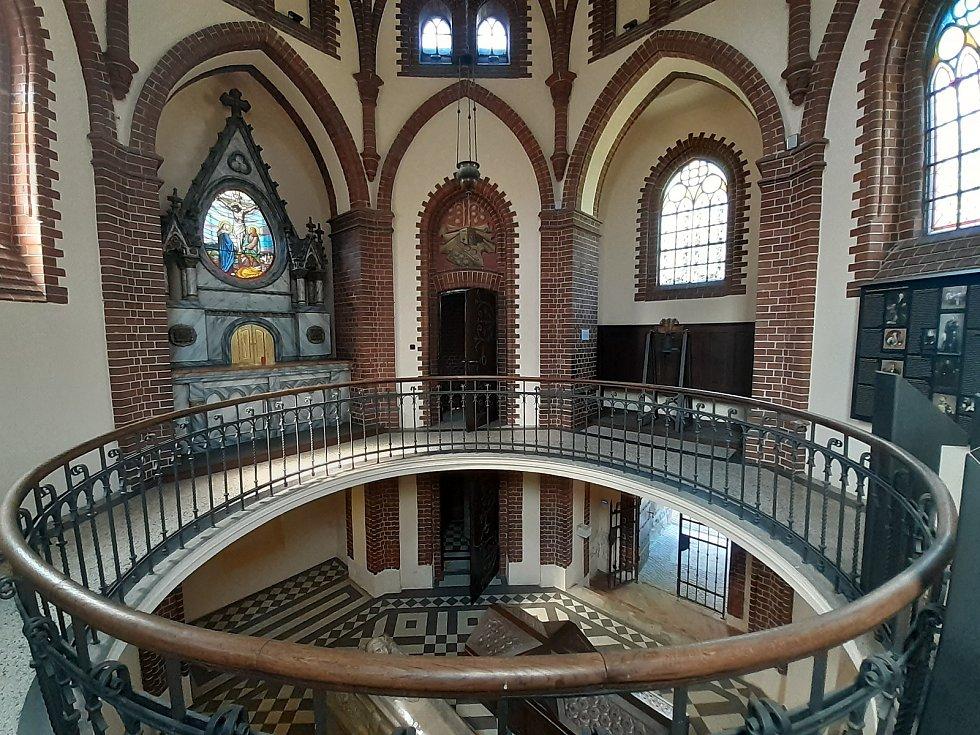 Kaple sv. Kříže se sarkofágy.