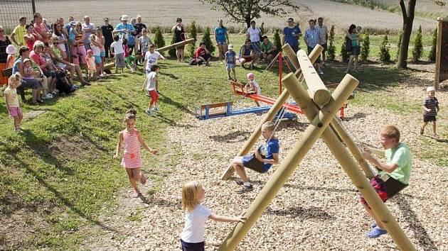 Nové hřiště v Benkovicích už děti stačily řádně prověřit.