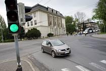Změť zvukových signálů ze semaforů kupříkladu na této křižovatce ulic Praskova a Janská je schopna poplést nejen nevidomé, ale i zrakově zdravé lidi.