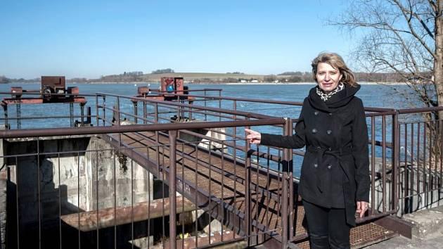 Jiřina Kosmová z odboru městského majetku Městského úřadu v Hlučíně ukazuje místa, která na hlučínské štěrkovně projdou revitalizací.
