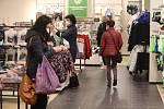 Zákazníci se už mohli poohlédnout i po dětském oblečení.