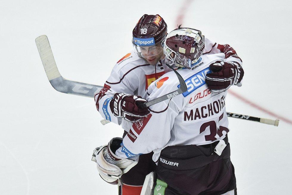 Utkání 9. kola hokejové extraligy: HC Oceláři Třinec - HC Sparta Praha, 12. října 2018 v Třinci. Na snímku radost - Andrej Kudrna a brankář Sparty Matěj Machovský.