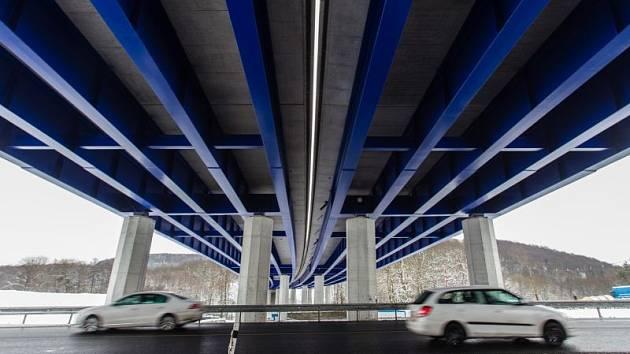 Staveniště silničního mostu silnice I/11 u Mokrých Lazců.