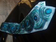 Kravata herce Ivana Trojana s podpisem na kravatě, kterou při loňském Kabelkovém veletrhu ji vydražil starosta Budišova nad Budišovkou Patrik Schramm a letos ji do aukce znovu věnoval.